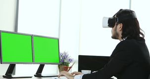 Hombres de negocios que sientan y que ven el contenido de VR almacen de video
