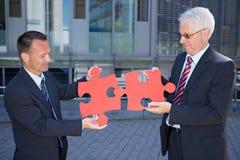Hombres de negocios que solucionan un problema Fotos de archivo