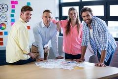 Hombres de negocios que sonríen mientras que hace una pausa la tabla Imagen de archivo libre de regalías
