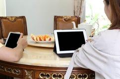 Hombres de negocios que tienen almuerzo y trabajo con té del ipad y el franco fresco Fotos de archivo