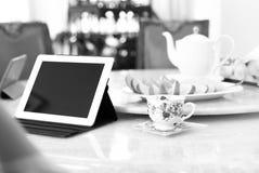 Hombres de negocios que tienen almuerzo y trabajo con té del ipad y el franco fresco Fotos de archivo libres de regalías