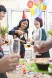 Hombres de negocios que tienen Champán en las fiestas en la oficina imagen de archivo libre de regalías