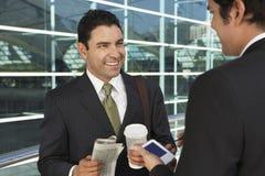 Hombres de negocios que tienen descanso para tomar café Fotografía de archivo libre de regalías