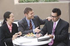 Hombres de negocios que tienen discusión Fotografía de archivo libre de regalías