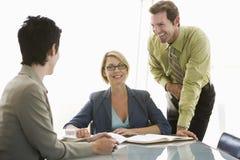 Hombres de negocios que tienen discusión en la mesa de reuniones Foto de archivo libre de regalías