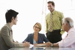 Hombres de negocios que tienen discusión en la mesa de reuniones Fotografía de archivo libre de regalías