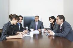 Hombres de negocios que tienen discusión en la sala de conferencias fotografía de archivo