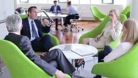 Hombres de negocios que tienen discusi?n almacen de metraje de vídeo