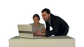 Hombres de negocios que tienen reunión alrededor de la tabla con el ordenador portátil en el fondo blanco aislado fotografía de archivo