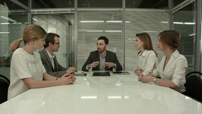 Hombres de negocios que tienen reunión del Consejo en oficina moderna imagenes de archivo