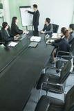 Hombres de negocios que tienen reunión, opinión de alto ángulo fotografía de archivo