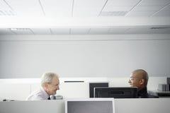 Hombres de negocios que tienen reunión en cubículo de la oficina Fotos de archivo