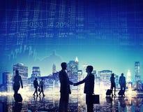 Hombres de negocios que tienen un apretón de manos al aire libre Imagen de archivo libre de regalías