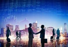 Hombres de negocios que tienen un apretón de manos al aire libre Imagen de archivo