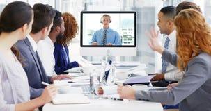 Hombres de negocios que tienen una audioconferencia en la reunión metrajes