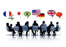 Hombres de negocios que tienen una conferencia sobre la relación internacional Imágenes de archivo libres de regalías