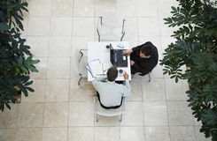 Hombres de negocios que tienen una discusión en el café de la oficina fotos de archivo libres de regalías