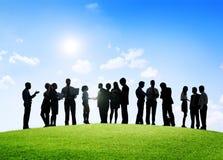 Hombres de negocios que tienen una reunión al aire libre y discusiones Foto de archivo libre de regalías