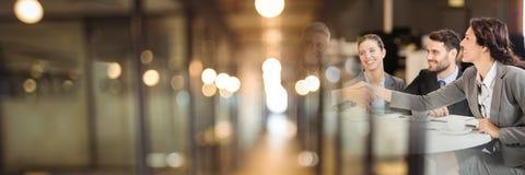 Hombres de negocios que tienen una reunión con efecto borroso de la transición de las luces imagen de archivo libre de regalías