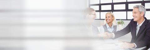 Hombres de negocios que tienen una reunión con efecto de la transición imagen de archivo libre de regalías