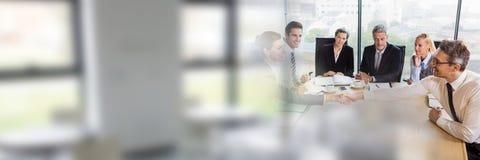 Hombres de negocios que tienen una reunión con efecto de la transición de las ventanas foto de archivo