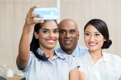 Hombres de negocios que toman el selfie con el teléfono Imágenes de archivo libres de regalías