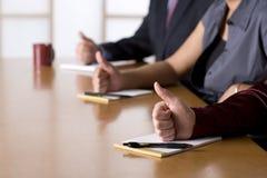 Hombres de negocios que toman notas en una reunión Imagen de archivo libre de regalías