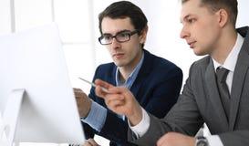 Hombres de negocios que trabajan con el ordenador en oficina moderna Headshot del encargado de sexo masculino del empresario o de imagen de archivo