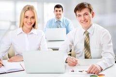 Hombres de negocios que trabajan con la computadora portátil imagenes de archivo
