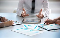 Hombres de negocios que trabajan con la tableta Imagen de archivo