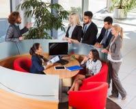 Hombres de negocios que trabajan, discusión sobre la reunión, empresarios que hablan, Team Cooperation del grupo Foto de archivo libre de regalías