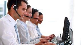 Hombres de negocios que trabajan en centro de atención telefónica almacen de video