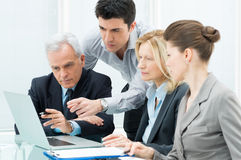 Hombres de negocios que trabajan en el ordenador portátil