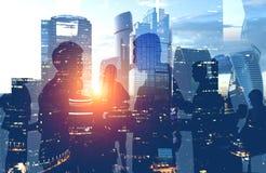 Hombres de negocios que trabajan en la ciudad de Moscú de la mañana fotografía de archivo libre de regalías