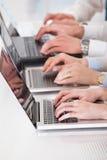 Hombres de negocios que trabajan en la computadora portátil Foto de archivo libre de regalías