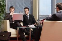 Hombres de negocios que trabajan en la oficina foto de archivo