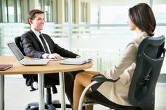 Hombres de negocios que trabajan en la reunión foto de archivo