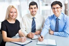 Hombres de negocios que trabajan en la reunión foto de archivo libre de regalías