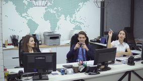 Hombres de negocios que trabajan en oficina almacen de video