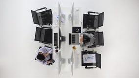 Hombres de negocios que trabajan en oficina almacen de metraje de vídeo