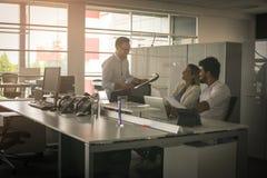 Hombres de negocios que trabajan en oficina Foto de archivo libre de regalías