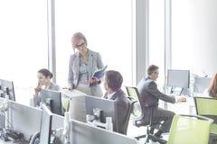 Hombres de negocios que trabajan en oficina abierta del plan Foto de archivo libre de regalías