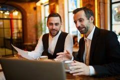 Hombres de negocios que trabajan en restaurante imagenes de archivo