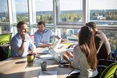 Hombres de negocios que trabajan en sala de juntas en oficina Fotos de archivo