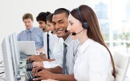 Hombres de negocios que trabajan en un centro de atención telefónica Imagen de archivo libre de regalías