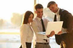 Hombres de negocios que trabajan en una computadora portátil Team el trabajo Foto de archivo libre de regalías