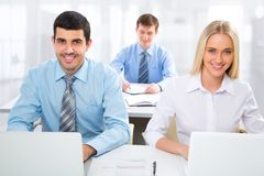Hombres de negocios que trabajan en una oficina Fotografía de archivo