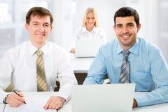 Hombres de negocios que trabajan en una oficina Fotos de archivo libres de regalías