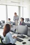 Hombres de negocios que trabajan en una oficina abierta del plan Fotos de archivo libres de regalías