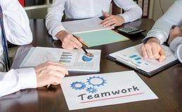 Hombres de negocios que trabajan junto Imagen de archivo libre de regalías